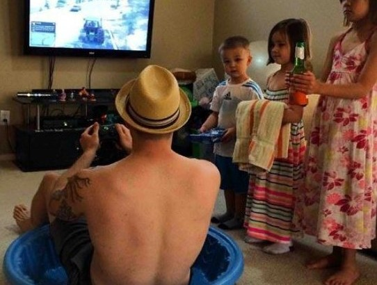 verao pai avo jogando video game piscina crianca