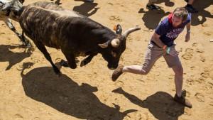 homem-correr-fugir-touro